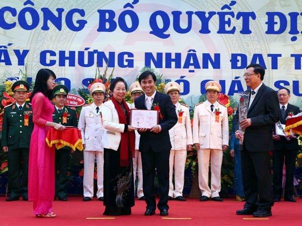 Phó Chủ tịch nước Nguyễn Thị Doan trao Giấy chứng nhận cho các nhà giáo được công nhận chức danh Giáo sư năm 2014