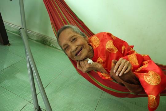 Cụ Nguyễn Thị Trù vẫn khỏe mạnh và tươi cười ở tuổi 122