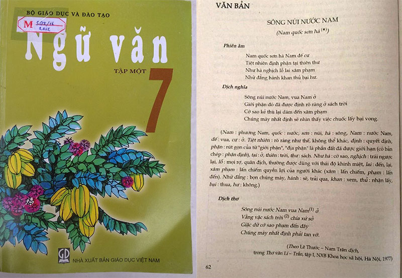 Bìa cuốn Ngữ văn lớp 7 tập 1 và trang sách in bài thơ Nam quốc sơn hà - Ảnh: H.P.