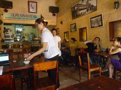 Cửa hàng mậu dịch giữa lòng Hà Nội, tái hiện lại một thời bao cấp, với những cô mậu dịch viên áo trắng, quần đen