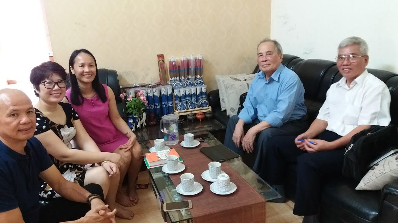 Chị Ngô Thị Thúy Hằng (người mặc áo đỏ) Phó Giám đốc Trung tâm MARIN làm việc với đoàn